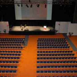 Salle aménagée pour une conférence