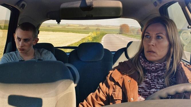 Marie (Mathilde Seigner) voit sa vie rythmée par les crises d'un fils à la dérive (Kacey Mottet Klein).